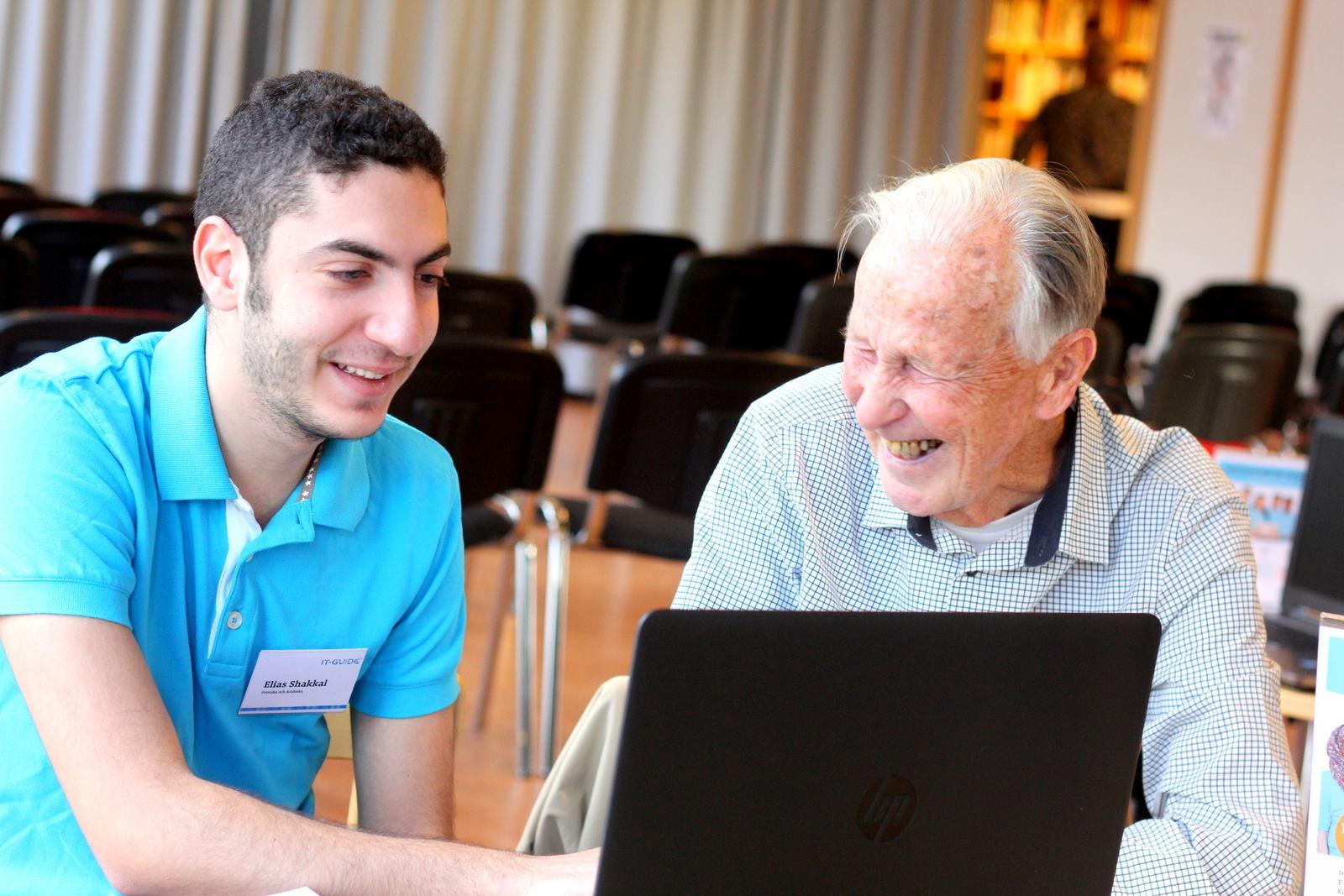 Vi skapar fina möten mellan generationer. Unga nyanlända lär sig mer om Sverige och svenska språket, äldre blir digitalt delaktiga.