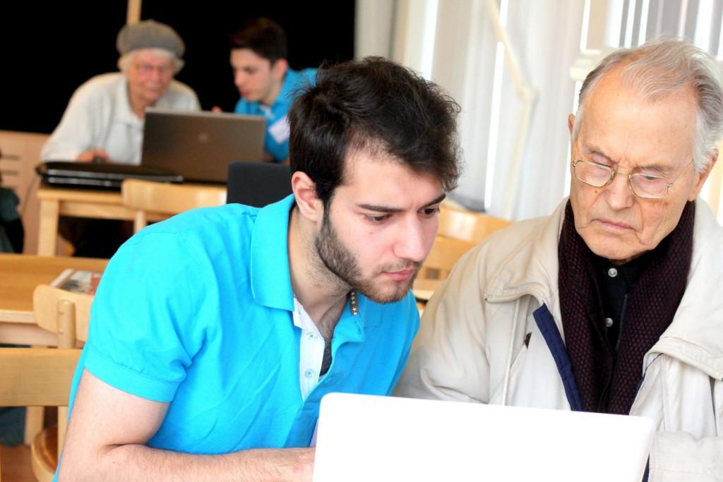 IT-guider hjälper seniorer på Motala Bibliotek